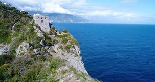 Vista aérea de la costa hermosa de Amalfi en Italia meridional almacen de video