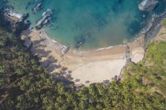 Vista aérea de la costa costa hermosa del Océano Índico con el bosque tropical, la playa arenosa, agua azul tranquila y los barco Fotos de archivo
