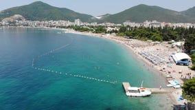 Vista aérea de la costa costa larga de la ciudad de Budva, Montenegro Balcanes, mar adri?tico, Europa metrajes
