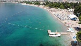 Vista aérea de la costa costa larga de la ciudad de Budva, Montenegro Balcanes, mar adri?tico, Europa almacen de video