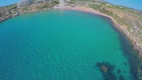 Vista aérea de la costa de mar pintoresca Malta almacen de metraje de vídeo