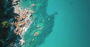 Vista aérea de la costa rocosa y verde asombrosa almacen de metraje de vídeo