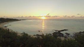 Vista aérea de la costa y de la puesta del sol de Mauricio sobre el océano almacen de video