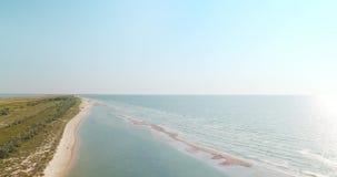 Vista aérea de la costa costa y del banco bajo cerca de la región de Kiliya, Ucrania de la playa del Mar Negro metrajes