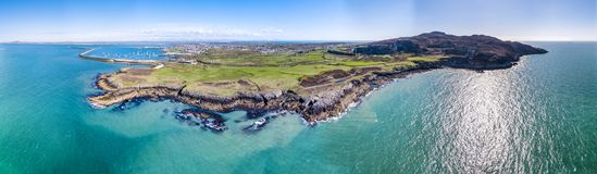 Vista aérea de la costa y de los acantilados hermosos entre la estación y Holyhead del norte en Anglesey, País de Gales del norte imágenes de archivo libres de regalías