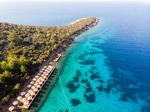 Vista aérea de la ensenada de la playa de la península con el mar azul de Sunbeds y de árboles en Bodrum Yali Turkey fotografía de archivo