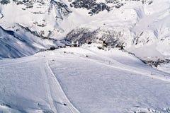 Vista aérea de la estación de esquí en las montañas en día soleado Imagen de archivo libre de regalías