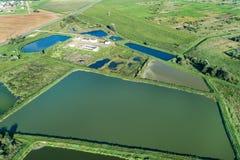 Vista aérea de la estación ity para el tratamiento de aguas residuales Muchas charcas con agua sucia y limpiada imagen de archivo