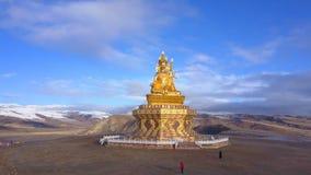 Vista aérea de la estatua grande de Buda en la montaña metrajes