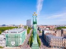 Vista aérea de la estatua de la libertad Milda en el centro de Riga durante el maratón internacional de Lattelecom imágenes de archivo libres de regalías