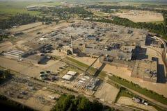 Vista aérea de la fábrica automotora cerrada del ensamblaje Foto de archivo libre de regalías