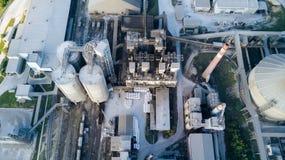 Vista aérea de la fábrica del cemento Concepto de edificios en la fábrica, tuberías de acero, gigantes foto de archivo libre de regalías