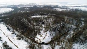 Vista aérea de la fortaleza antigua hermosa en bosque en invierno Fuerte de Tarakaniv Fotografía de archivo