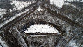 Vista aérea de la fortaleza antigua hermosa en bosque en invierno Fuerte de Tarakaniv Imagen de archivo libre de regalías