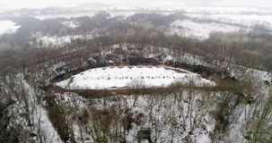 Vista aérea de la fortaleza antigua hermosa en bosque en invierno Fuerte de Tarakaniv metrajes