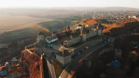 Vista aérea de la fortaleza de Kamianets-Podilskyi en Ucrania Castillo construido en siglo XIV en el río de Smotrych Arquitectura metrajes