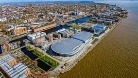 Vista aérea de la foto con los muelles, rueda, edificios modernos de la ciudad de Liverpool Imagen de archivo libre de regalías