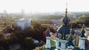 Vista aérea de la iglesia del ` s de St Andrew Kiev, Ucrania 4K almacen de video