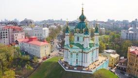 Vista aérea de la iglesia del St Andrew's en Kiev La pendiente del Andrew famoso en la capital de Ucrania Ruta turística en Kie almacen de metraje de vídeo
