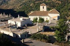 Vista aérea de la iglesia y de casas en Bubion Fotografía de archivo