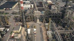 Vista aérea de la ingeniería de una fábrica de productos químicos almacen de video