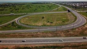 Vista aérea de la intersección moderna del camino de la carretera con el círculo de tráfico en paisaje rural almacen de video