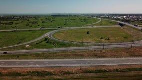 Vista aérea de la intersección moderna del camino de la carretera en paisaje rural metrajes