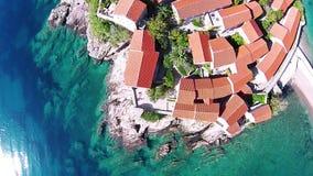 Vista aérea de la isla de Sveti Stefan en Montenegro almacen de video