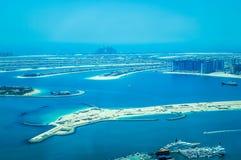 Vista aérea de la isla de Jumeirah de la palma con los yates de lujo en el frente foto de archivo