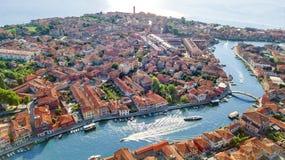 Vista aérea de la isla de Murano en el mar veneciano de la laguna desde arriba, Italia foto de archivo
