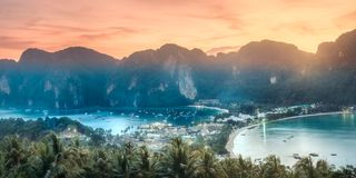Vista aérea de la isla de la Phi-phi durante puesta del sol púrpura Foto de archivo libre de regalías