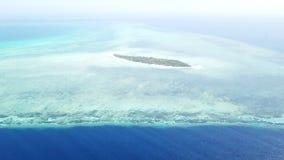 Vista aérea de la isla remota en Wakatobi, Indonesia almacen de video