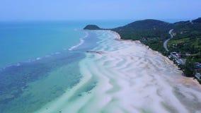 Vista aérea de la isla tropical Coasline con la playa blanca y el mar bajo de la turquesa almacen de metraje de vídeo