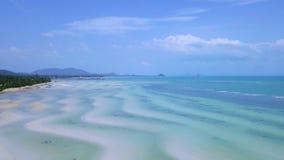 Vista aérea de la isla tropical Coasline con la playa blanca y el mar bajo de la turquesa almacen de video