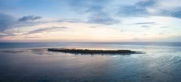 Vista aérea de la isla tropical idílica Imagen de archivo libre de regalías