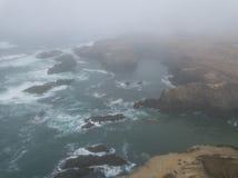 Vista aérea de la línea de la playa de niebla en California septentrional Foto de archivo libre de regalías