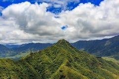 Vista aérea de la línea del canto de la montaña en Honolulu Hawaii foto de archivo