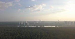 Vista aérea de la línea verde pixeles de 4k 4096 x 2160 del bosque y de ciudad metrajes
