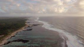 Vista aérea de la línea y del Océano Índico costeros de Mauricio metrajes