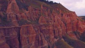 Vista aérea de la ladera roja imponente del barranco en una reserva natural almacen de metraje de vídeo