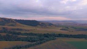 Vista aérea de la ladera roja imponente del barranco en una reserva natural almacen de video