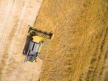 Vista aérea de la máquina segadora Imágenes de archivo libres de regalías