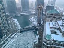 Vista aérea de la mañana tórrida, de niebla sobre el río Chicago, donde pedazos del flotador del hielo fotos de archivo