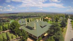 Vista aérea de la mansión vieja almacen de metraje de vídeo