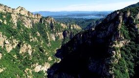 Vista aérea de la montaña con el lago de la reserva de agua en el fondo metrajes
