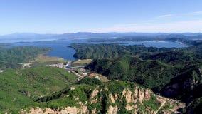 Vista aérea de la montaña con el lago de la reserva de agua en el fondo almacen de video