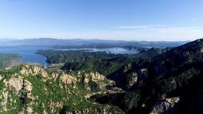 Vista aérea de la montaña con el lago de la reserva de agua en el fondo almacen de metraje de vídeo
