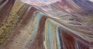 Vista aérea de la montaña del arco iris y de los picos de los Andes de Perú