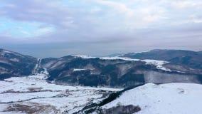 Vista aérea de la montaña del paisaje del invierno en salida del sol almacen de metraje de vídeo