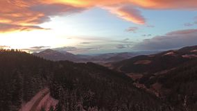 Vista aérea de la montaña Forest At Beautiful Sunset del invierno metrajes